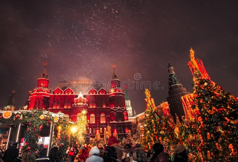 Украшенные рождественские елки в честь недели Shrovetide в Москве около красной площади На письменном тексте историческом m здани стоковые изображения