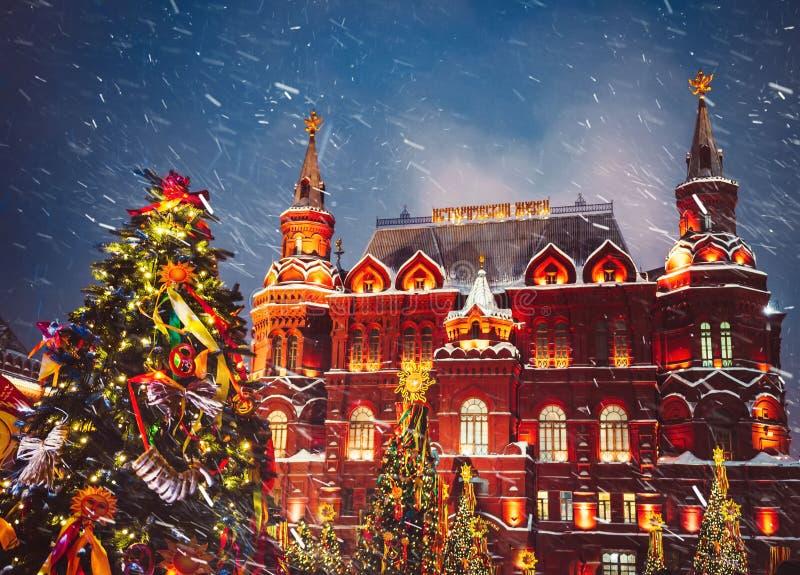 Украшенные рождественские елки в честь недели Shrovetide в Москве около красной площади На письменном тексте историческом m здани стоковое изображение