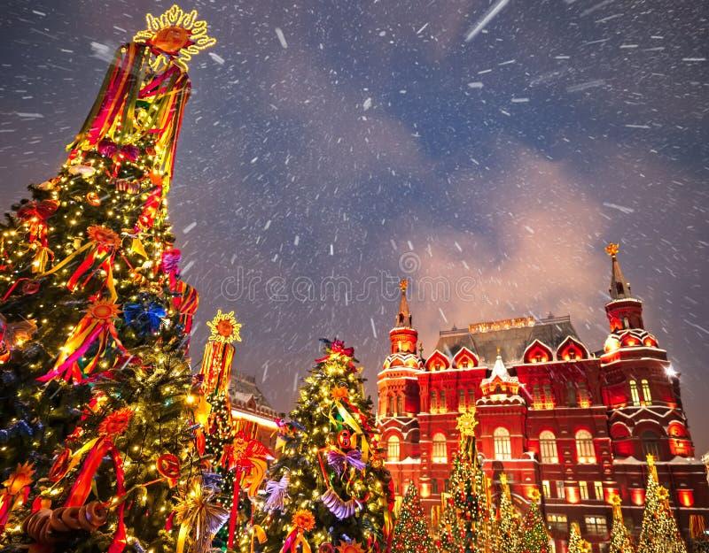Украшенные рождественские елки в честь недели Shrovetide в Москве около красной площади На письменном тексте историческом m здани стоковые фотографии rf