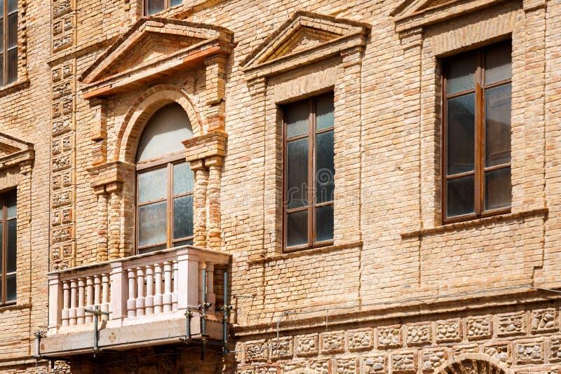 Украшенный балкон в старом здании стоковое изображение rf