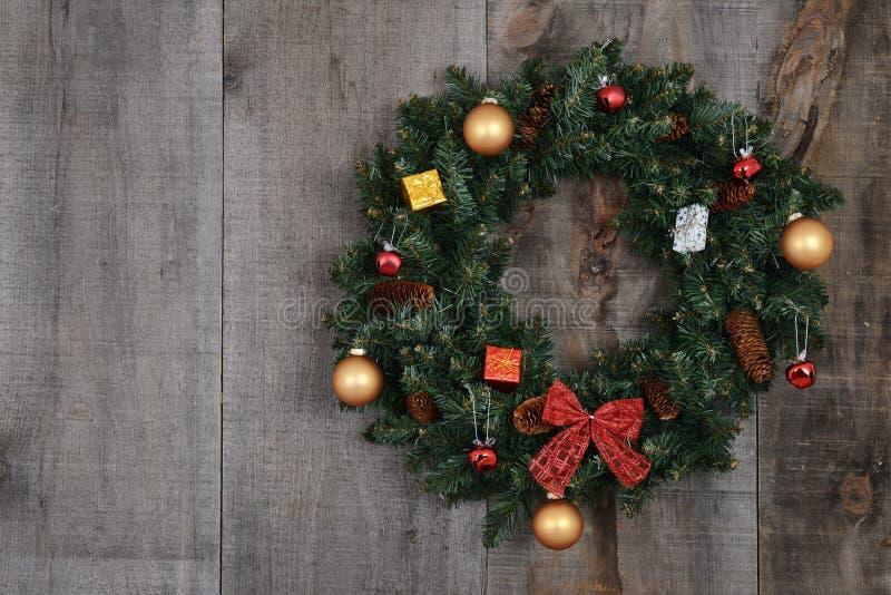 Украшенный венок рождества на доске амбара стоковое изображение rf