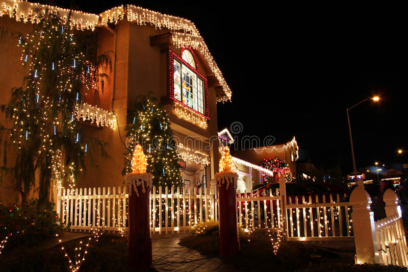 Украшенный дом с светами рождества стоковое изображение rf