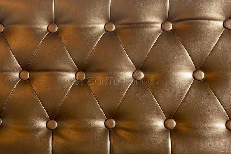 Украшенный при ремень элегантных кнопок софы коричневый кожаный используемый как предпосылка стоковые изображения rf