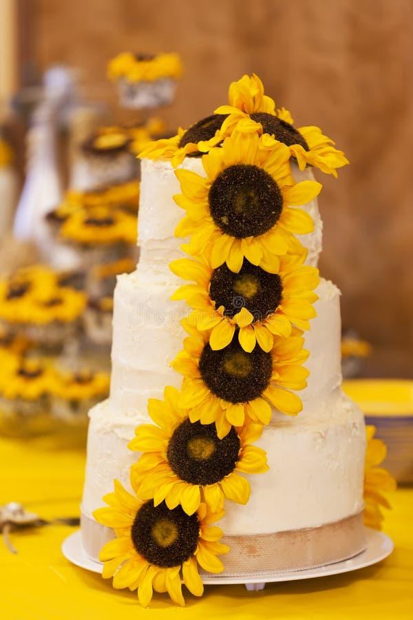 Украшенный свадебный пирог с солнцецветами стоковые фото