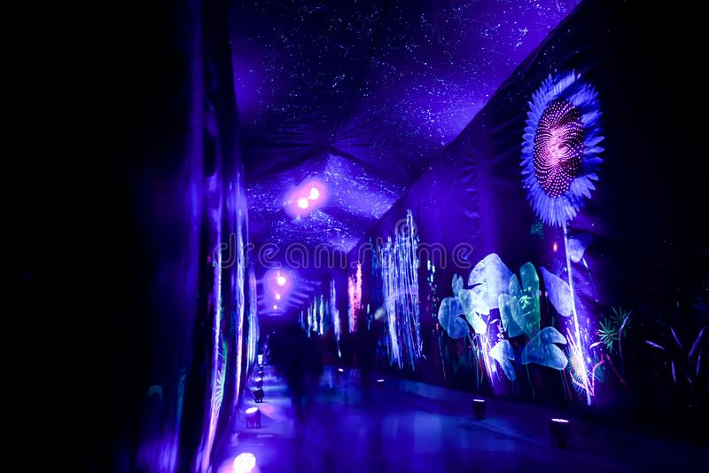 Украшенный тоннель Gric в Загребе, Хорватии во время фестиваля огней стоковая фотография
