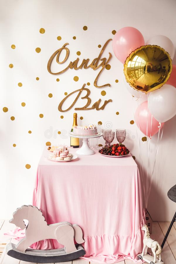 Украшенный шоколадный батончик в розовых цветах для партии девушки biryhday стоковые фото