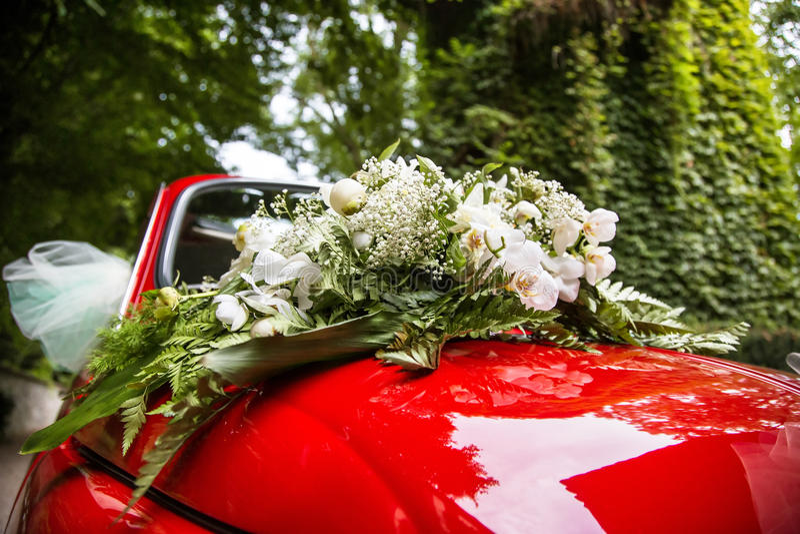 Украшенный wedding старый автомобиль стоковые фотографии rf