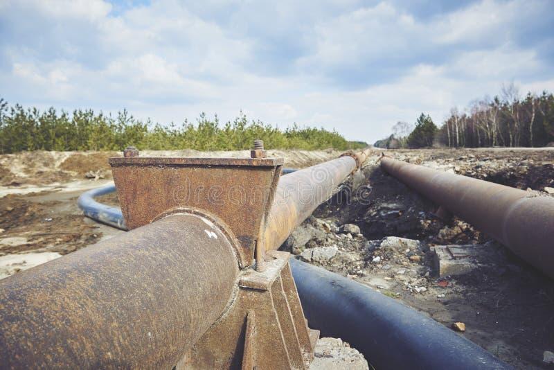 Украдите большой трубопровод на земле Старое соединение труб стоковые фото