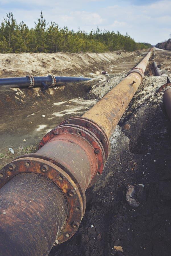 Украдите большой трубопровод на земле Старое соединение труб стоковые фотографии rf