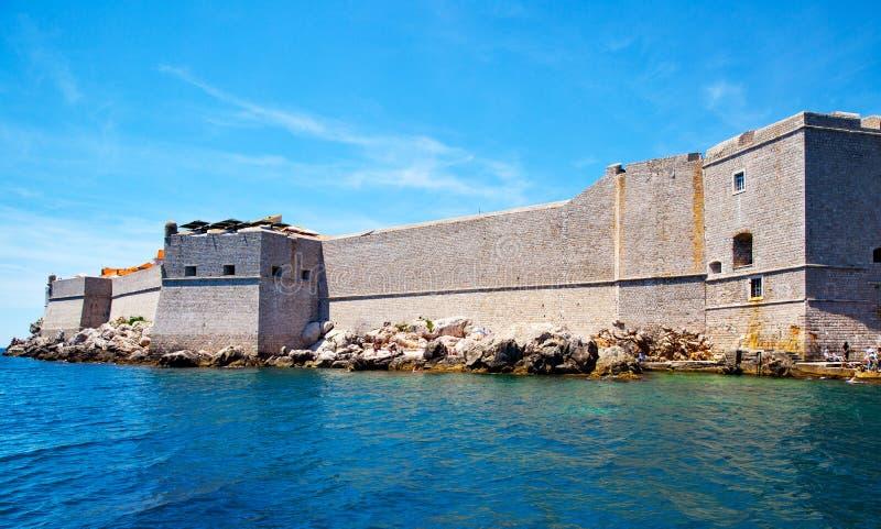 Укрепленные стены города Дубровника стоковое фото