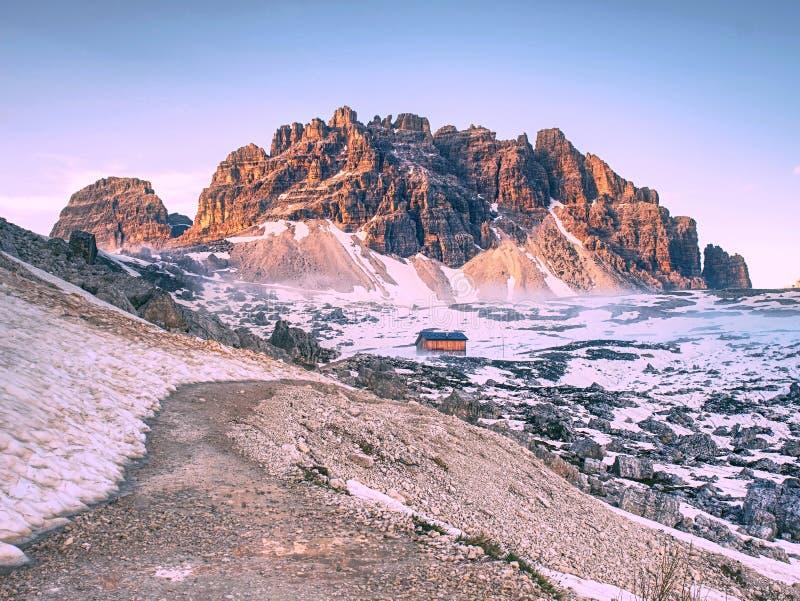 Укрытие альпинистов Хата и ориентир ориентир останавливают для взбираться пики стоковые изображения rf