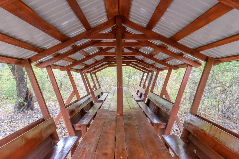 Укрытие пикника в древесинах стоковая фотография rf