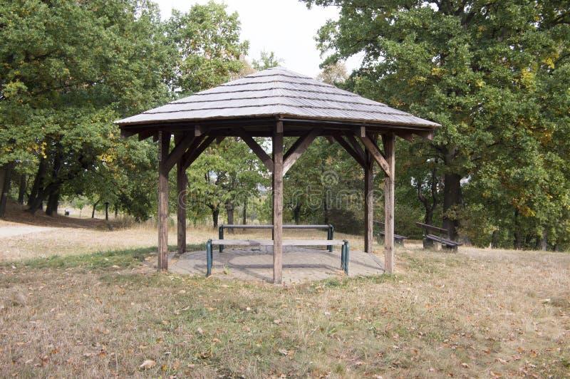 Укрытие простоты деревянное с местами в природе, небольшом газебо для уставших туристов стоковые фото