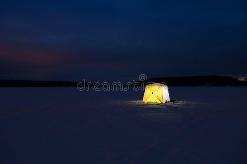 Укрытие рыбной ловли шатра на зиме льда стоковое изображение rf