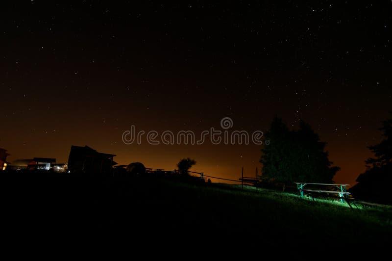 Укрытие na górze горы, взгляд ночи с много звездами на небе стоковые фото