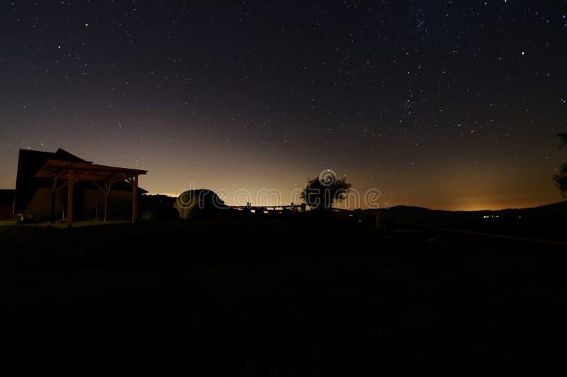 Укрытие na górze горы, взгляд ночи с много звездами на небе стоковая фотография