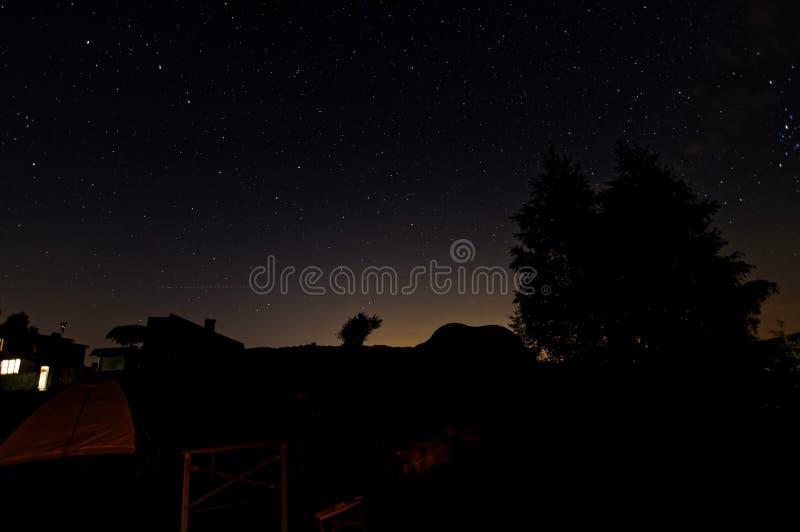 Укрытие na górze горы, взгляд ночи с много звездами на небе стоковые изображения