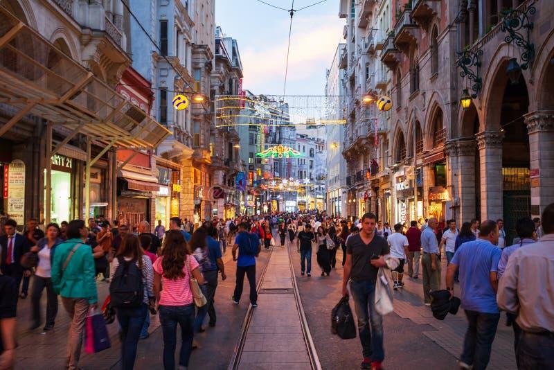 Улица бульвара Istiklal пешеходная, Стамбул стоковые фотографии rf