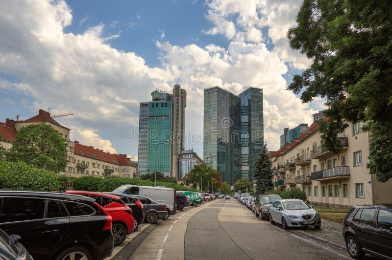 Улица водя к небоскребам города Winerberg Район Favoriten, город Вены, Австрии стоковое изображение
