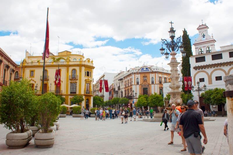 Улица в городе Севильи со старыми домами стоковое фото