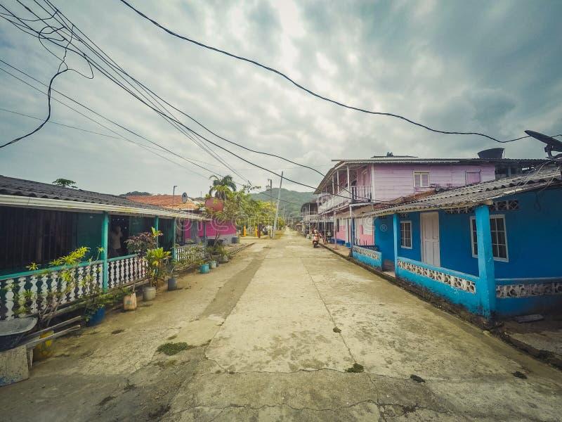Улица в деревне с красочными деревянными домами, Панаме стоковое фото rf