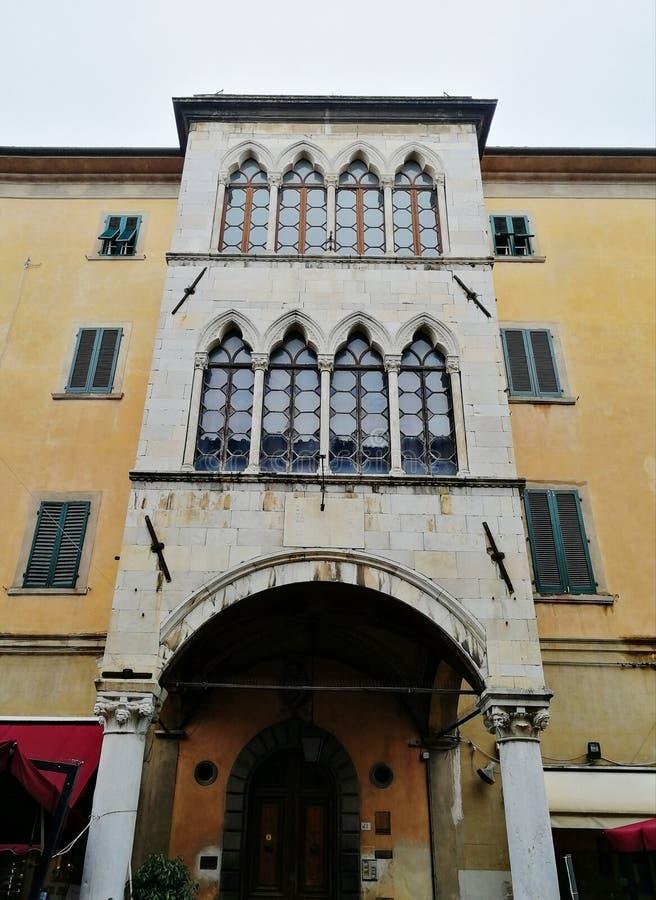 Улица в Пизе, Италии стоковое изображение
