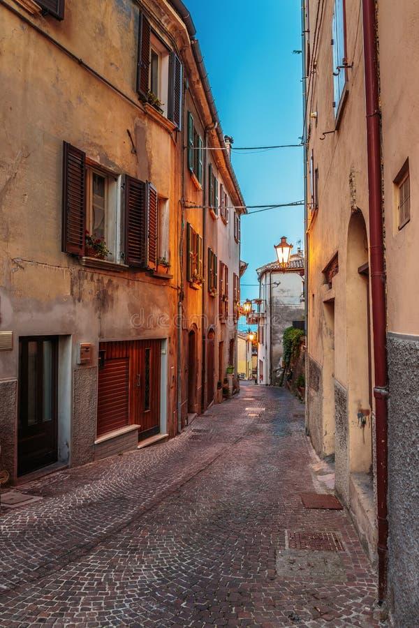 Улица в старом городке на ноче в Италии стоковые изображения rf