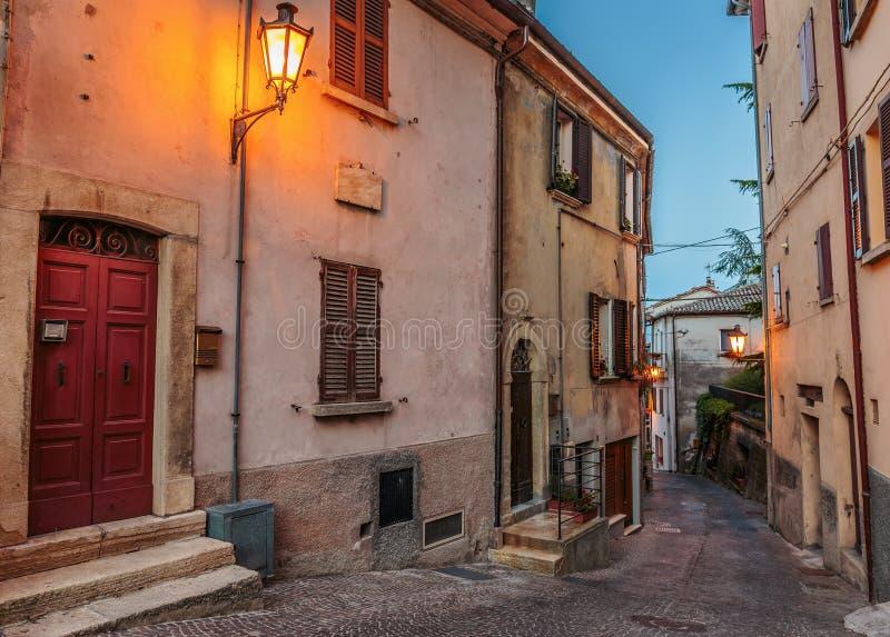 Улица в старом городке на ноче в Италии стоковые фотографии rf