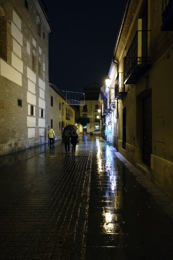 Улица в старом городке Alcala de Henares, Испании вызвала стоковое фото