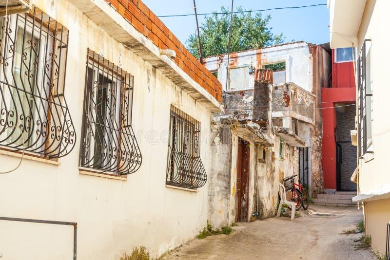 Улица в традиционном турецком стиле тахты в старом городе Fethiye индюк свободного полета среднеземноморской стоковое изображение rf