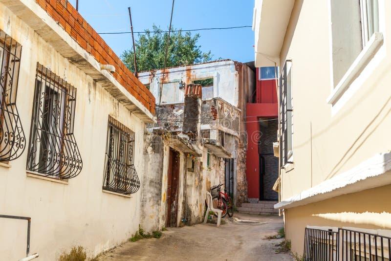 Улица в традиционном турецком стиле тахты в старом городе Fethiye индюк свободного полета среднеземноморской стоковое фото rf