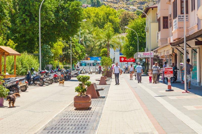 Улица в традиционном турецком стиле тахты в старом городе Fethiye индюк свободного полета среднеземноморской стоковые фото