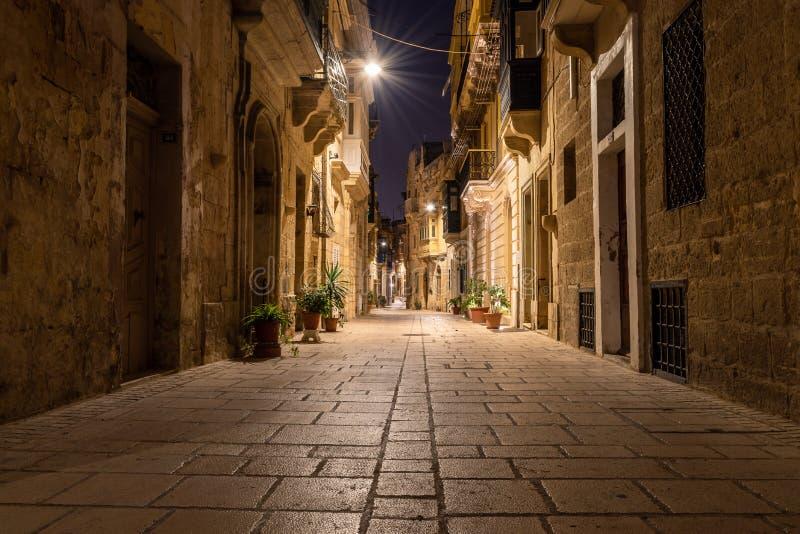 Улица в Birgu вечером стоковое изображение rf