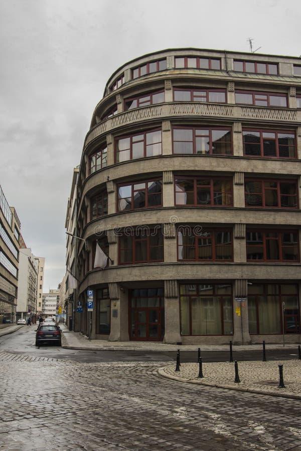 Улица в Wroclaw в пасмурной погоде o стоковые фотографии rf
