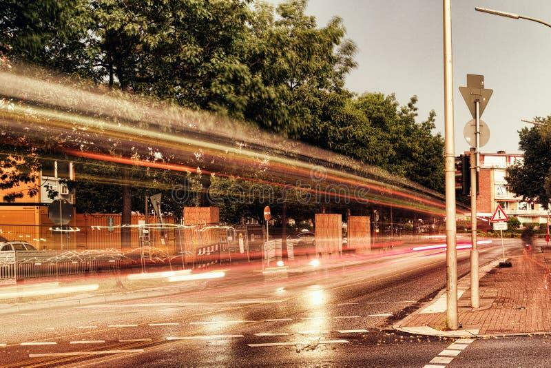 Улица дождя озера Alster в людях парка города мистических романтичных деревьев Гамбурга Германии известных освещает облако неба п стоковая фотография rf