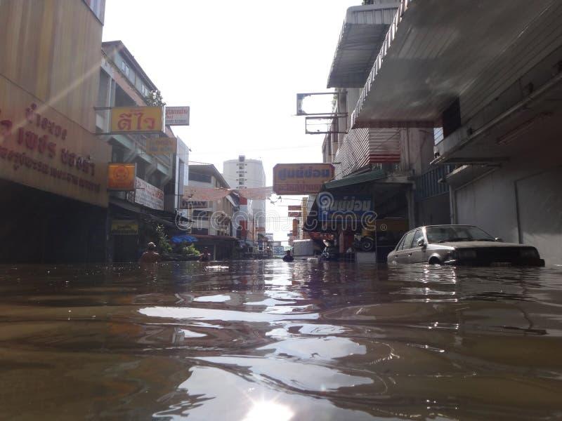 Улица затоплена в Rangsit, Таиланде, в октябре 2011 стоковое фото rf