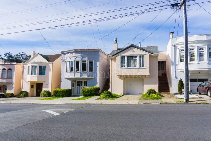 Улица и дома в жилой части Сан-Франциско, Калифорния стоковые изображения rf