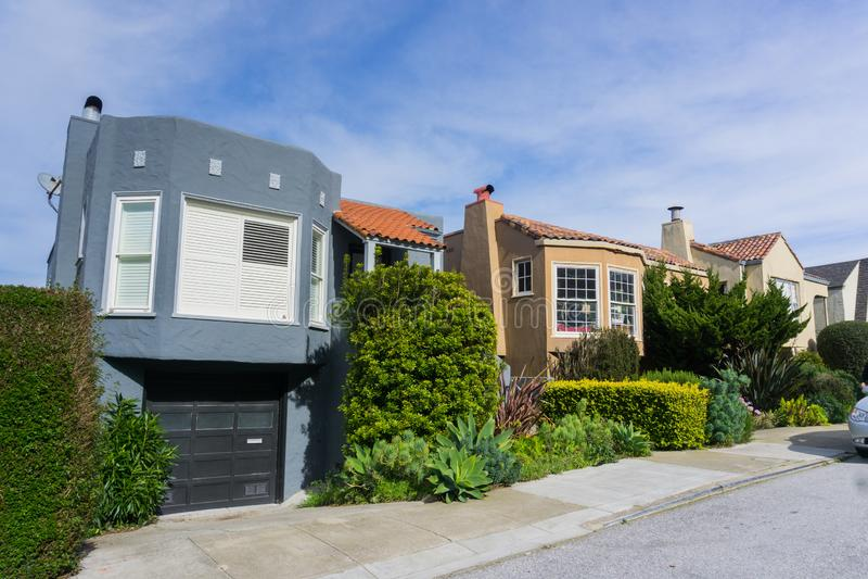 Улица и дома в жилой части Сан-Франциско, Калифорния стоковое изображение