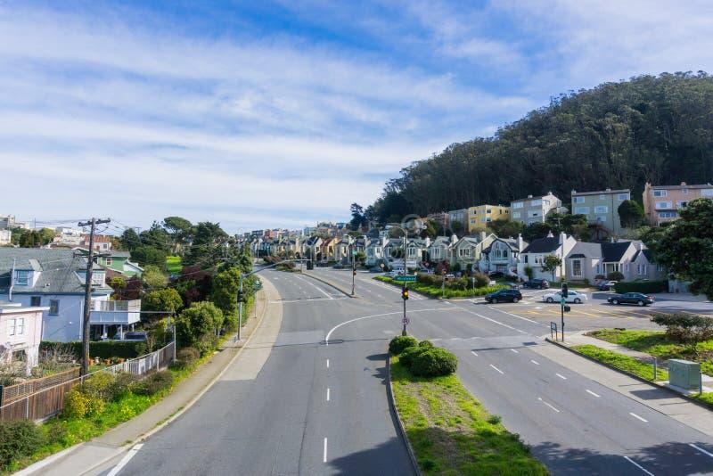 Улица и дома в жилом районе Сан-Франциско, Калифорния стоковые фото