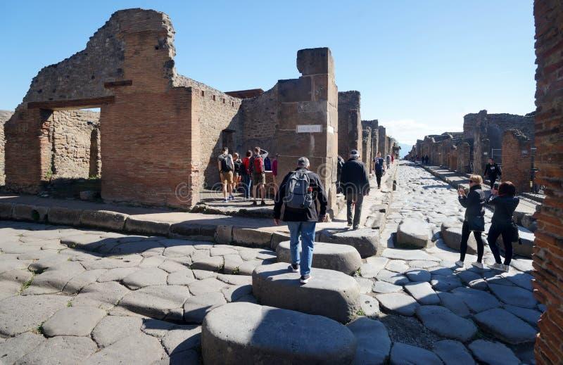 Улица и пешеходный переход в старом Помпеи стоковое изображение