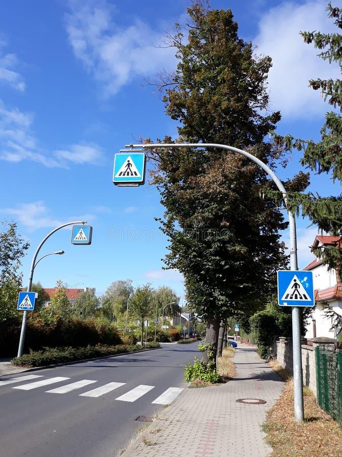 Улица и светофоры в городке Beeskow стоковое изображение rf