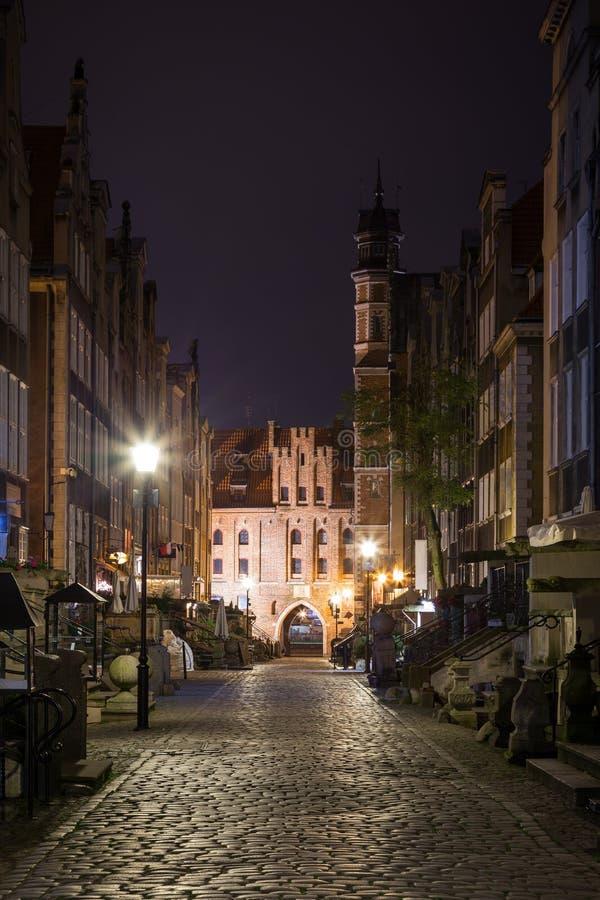 Улица и строб ` s St Mary в Гданьске на ноче стоковая фотография rf