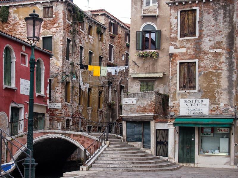 Улица и footbridge Венеции пересекая канал в поло san стоковое изображение rf