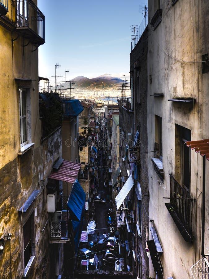 Улица Неаполя и вулкан vesuvio на заднем плане стоковое фото