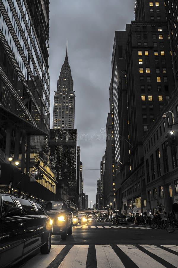 Улица Нью-Йорка вечером со сценой Эмпайр-стейт-билдинг городской стоковые изображения rf