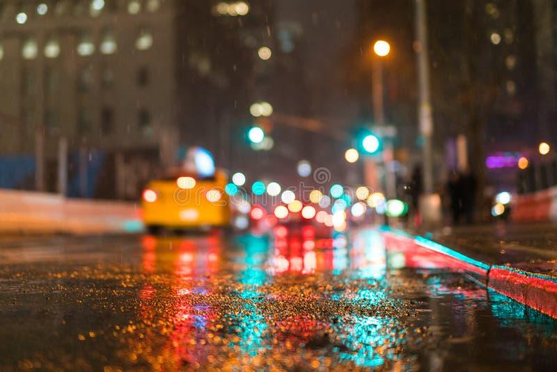 Улица Нью-Йорка на ноче, яркие цвета с экземпляром размечает доступное стоковое фото