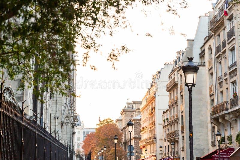 Улица Парижа в осени стоковые изображения rf