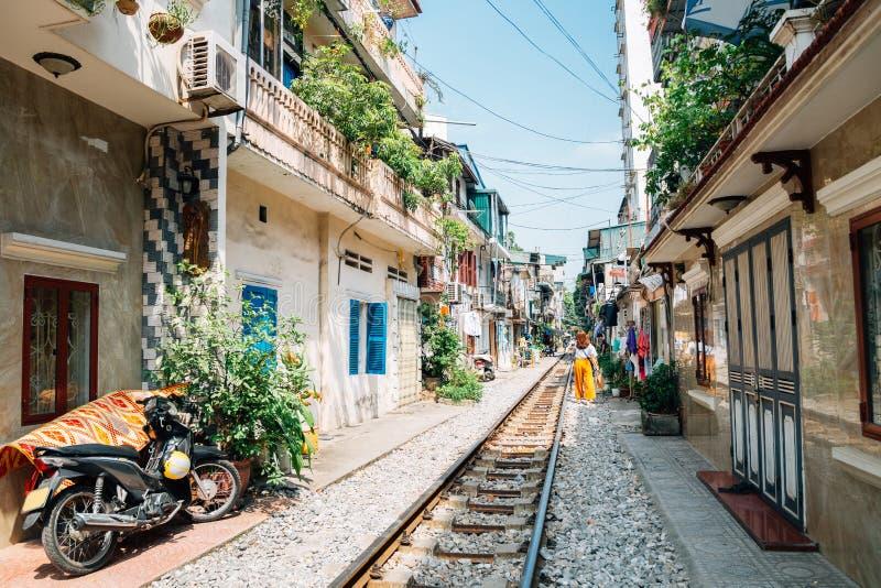 Улица поезда Ханоя, старый дом и железная дорога на Ханое, Вьетнаме стоковая фотография