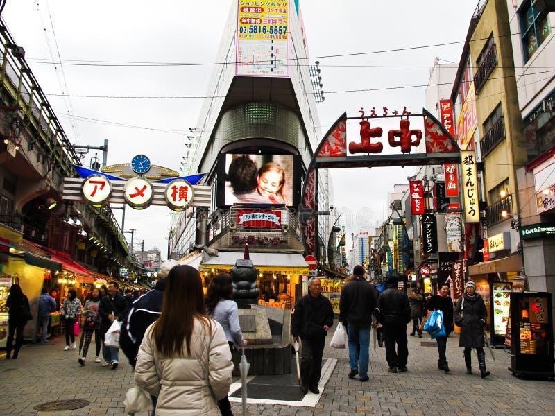 Улица покупкы рынка Ameyoko в Токио стоковые фотографии rf