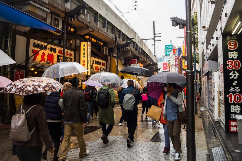 Улица рынка Ameyoko в токио Японии 25-ое октября 2017 обнаружила местонахождение n стоковые изображения rf